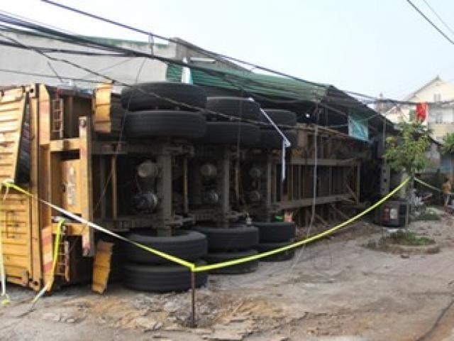 Xe đầu kéo ủi sập 3 nhà dân sau cú lật kinh hoàng trong đêm